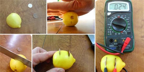 Trong những trường hợp bị mất điện, một quả chanh và 2 đồng xu có thể đem lại nguồn năng lượng đấy. Hãy cuộn tròn quả chanh nhiều lần để nó thật mềm nước, cắt 2 khe trên thân nó rồi nhét 2 đồng xu vào mỗi khe.