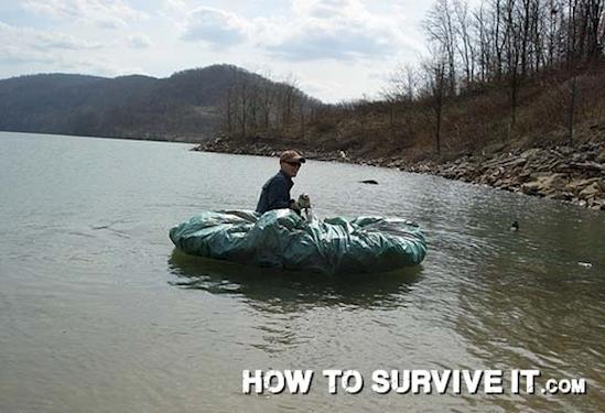 Bằng cách tận dụng tính không thấm nước của vải nhựa, bạn có thể tạo ra một chiếc thuyền nhỏ để băng qua những vùng nước cao.