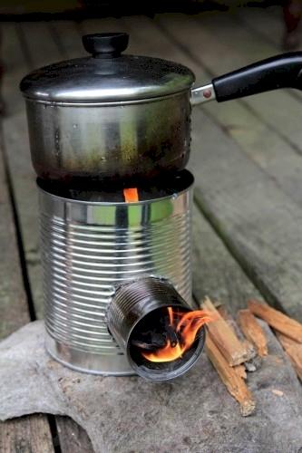 Bên cạnh công dụng như chiếc nồi mini, lon nước rỗng cũng được sử dụng như làm bếp đun. Hãy tạo ống thông không khí cho mọt lon nước rỗng và để lửa cháy bên trong nó. Lượng nhiệt sẽ tích tụ rất lớn đủ để bạn nấu nướng.