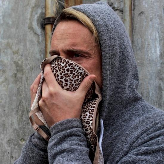 Có thể không đẹp mắt cho lắm nhưng đây là sự thật: Áo ngực có thể dùng để làm mặt nạ chống bụi. Với tính chất nhiều lớp, áo ngực rất hiệu quả để làm mặt nạ trong các thảm họa chứa đầy khói bụi và khí độc.