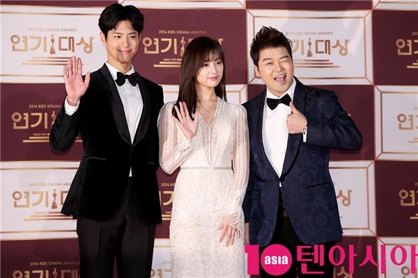 """Park Bo Gum như mọi khi vẫn """"đốn tim"""" fan bằng nụ cười tươi hơn cả nắng mai. Tối nay, anh đảm nhận vai trò MC dẫn dắt lễ trao giải bên cạnh Kim Ji Won - nữ trung úy cá tính trong Hậu duệ Mặt Trời, và Jun Hyun Moo"""