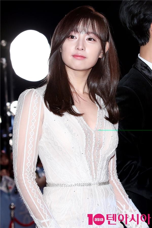 Kim Ji Won vớimái tóc dài dịu dàng, nữ tính