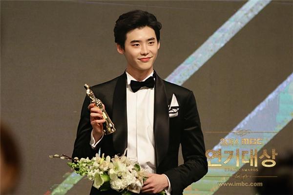 Nhận giải daesang đầu tiên, Lee Jong Suk bị chỉ trích bệnh ngôi sao