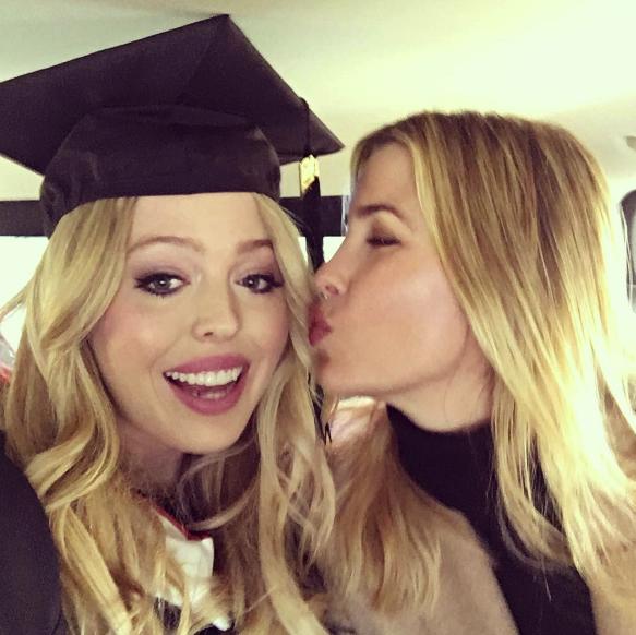 Cô nàng vừa khoe ảnh tốt nghiệp đại học Pennsylvania vào mùa xuân 2016, chụp cùng chị Ivanka.