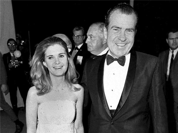Tricia Nixon Cox chụp cùng bố mình tại một bữa tiệc