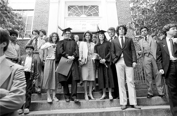 Caroline Kennedy đứng cùng mẹ là Jacqueline Kennedy Onassis (phải), anh trai John Jr. (trái) và người chú là Nghị sĩ Edward M. Kennedy (thứ hai từ trái sang) sau khi tốt nghiệp Đại học Harvard và ngày 5/6/1980, tại Cambridge, Massachusetts.