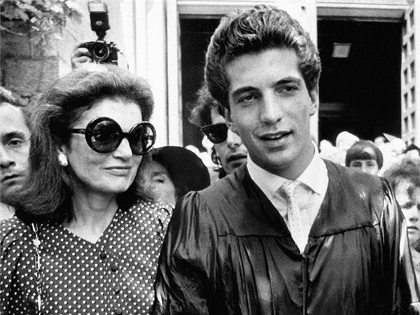 JFK Jr. chụp cùng mẹ là Jacqueline Kennedy Onassis trong lễ tốt nghiệp