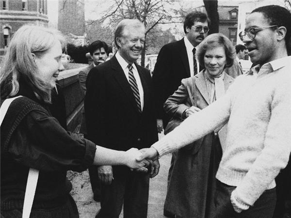 Amy Carter, 17 tuổi, chụp cùng bố mẹ vào năm 1984 trong lúc đi tham quan Brown