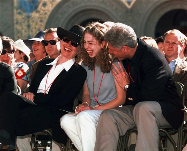 Gia đình Clinton tham dự hội nghị trường đại học Stanford năm 1997.