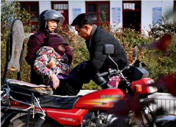 Mỗi ngày ông đều chở mẹ đến trường trênquãng đường 5 cây số.(Ảnh: Internet)