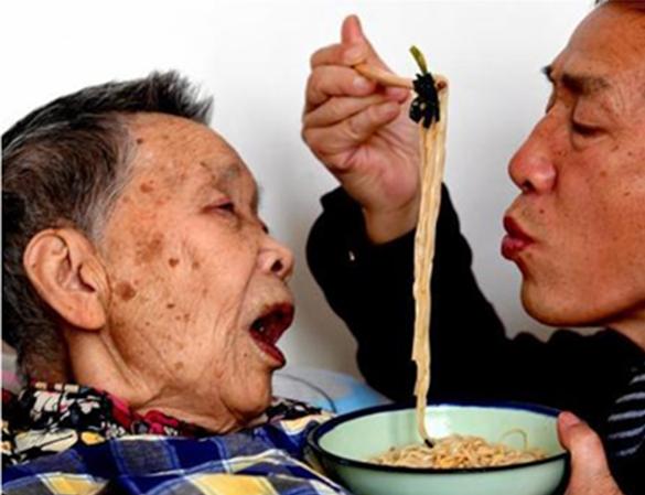 Một tay ông chăm sóc cho mẹ từ miếng ăn, đếngiấc ngủ,... (Ảnh: Internet)