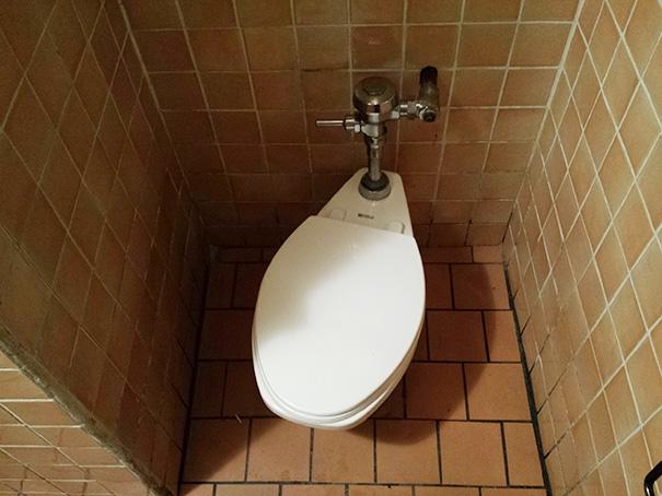 Đã vào tận toilet rồi còn hóng hớt cái gì nữa mà ngồi xéo xẹo thế hở?!