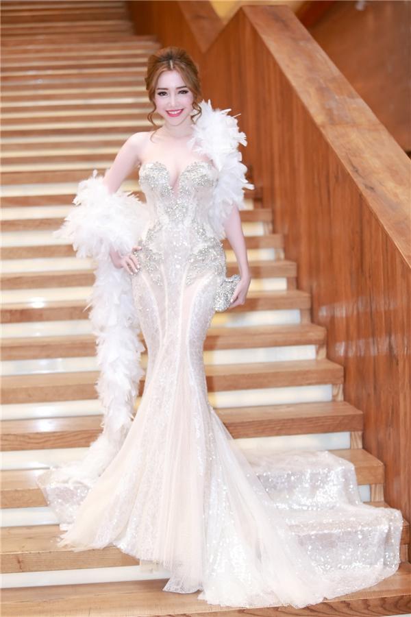 Vào tháng 1/2016, EllyTrầntrở thành tâm điểm của sự kiện với vẻ ngoài kiêu sa khi diện một bộ váy đuôi cá lộng lẫy của nhà thiết kế Phạm Đăng Anh Thư. Gam màu trắng tinh khôi, đặc biệt kết hợp xu hướng khăn choàng lông vũ là điểm nhấn giúpEllyTrầnthêm phần xinh đẹp, rực rỡ.