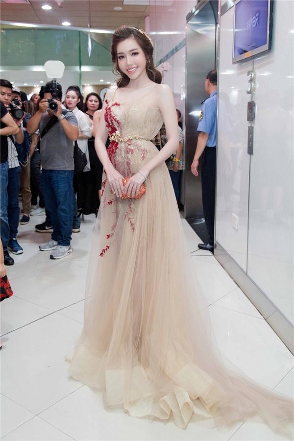 Tại họp báo ra mắt phim điện ảnh, EllyTrầndiện một thiết kế váy dạ hội thuộc bộ sưu tập từng được trình diễn tại Canada của nhà thiết kế Anh Thư. Kiểu váy trong suốt giúpEllyTrầntrở thành nữ thần với vẻ đẹp trong trẻo tựa một nhành hoa.
