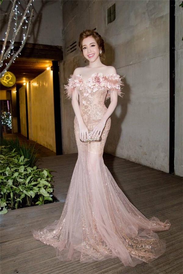 Elly Trần tự tin trên thảm đỏ của sự kiện trong thiết kế dạ hội đuôi cá đính kết trước ngực. Chiếc váy khai thác tối đa kỹ thuật dựng siết eo thể hiện rõ nét vòng eo con kiến của cô.