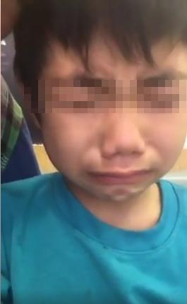 """Cháu bé 6 tuổi không ngừng động viên mẹ: """"Mẹ nín đi.... mẹ nín đi""""."""