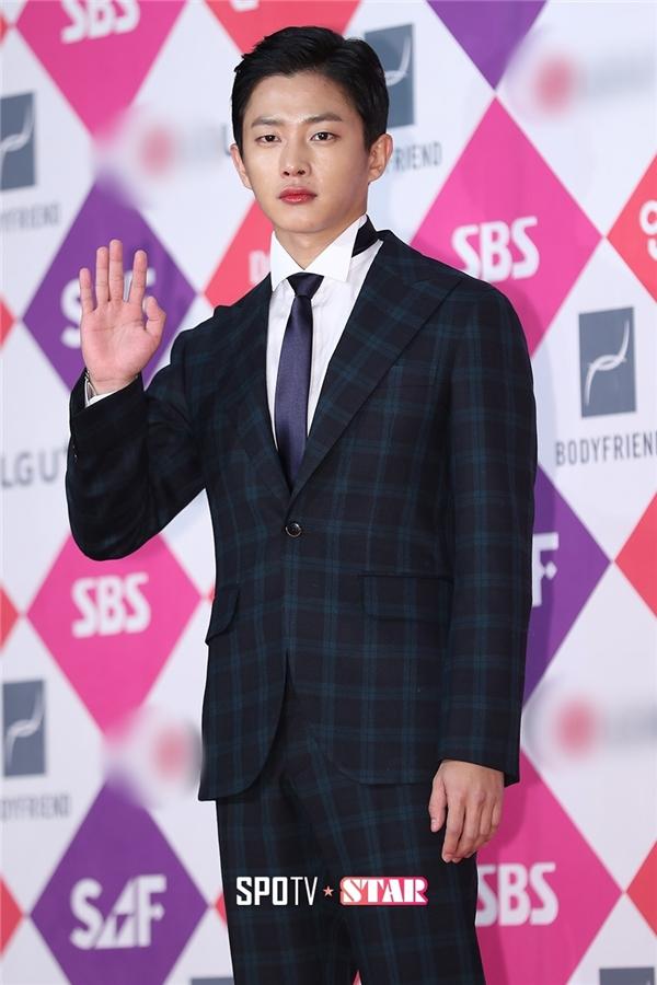 Sau khi có mặt tại thảm đỏ lễ trao giải đài KBS, Kim Min Suk đã nhanh chóng di chuyển đến địa điểm tổ chức sự kiện của đài SBS.