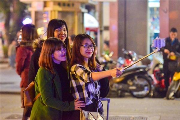 Các bạn trẻ tranh thủ selfie lưu giữ khoảnh khắc cuối cùng trong năm.