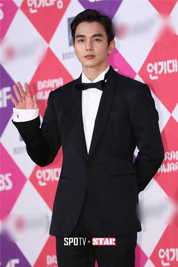 Lee Min Ho một mình