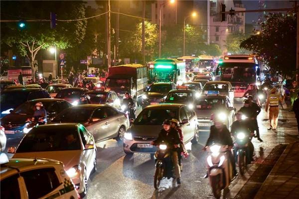 Từ 9h tối, giao thông trên các tuyến đường gần tụ điểm đếm ngược như Hai Bà Trưng - Phan Chu Trinh, Ngô Quyền - Tràng Tiền,... dần trở nên ùntắc trầm trọng.