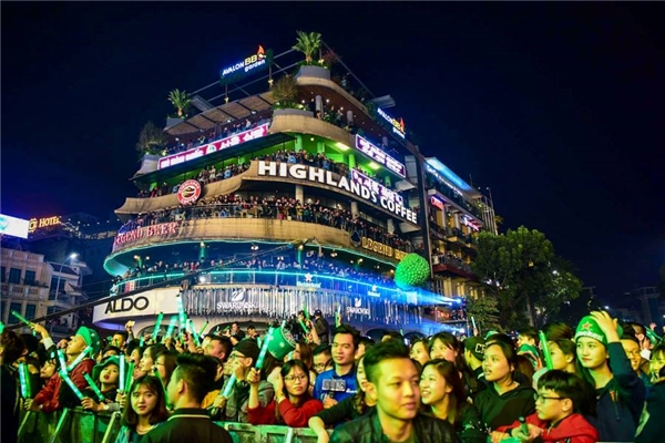 Hàng trăm nghìn người chen chúc tại Hàm Cá Mập.