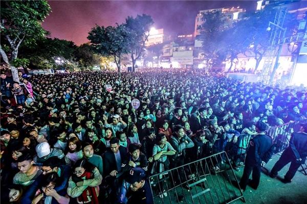 Hà Nội giao thừa: Hàng trăm ngàn người dân đổ xô ra đường đón năm mới