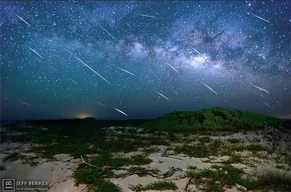 Mưa sao băng Eta Aquarids khi đạt cực điểm có thể lên tới 60 sao băng mỗi giờ, nhưng là ở Nam bán cầu thôi nhé. Ở Bắc bán cầu - bao gồm Việt Nam, con số này chỉ bằng một nửa. Khá đáng tiếc là trăng khuyết sẽ khiến một số sao băng khó quan sát, tuy nhiên nếu kiên nhẫn bạn vẫn có thể bắt gặp một vài vệt sáng từ hướng chòm sao Bảo Bình.
