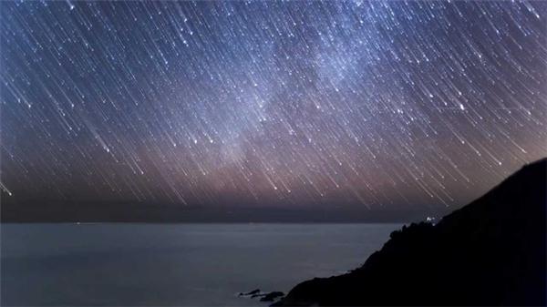 Được tạo thành từ các mảnh vụn của tiểu hành tinh 3200 Phaethon, mưa sao băng Geminids có thể cho ra tới 120 vệt sao băng nhiều màu mỗi giờ khi đạt đỉnh. Tin vui là năm nay Mặt trăng sẽ không còn gây trở ngại nữa, vậy nên hãy đợi sau nửa đêm 13/12 tại địa điểm thoáng và tối để chiêm ngưỡng trọn vẹn hiện tượng này nhé.