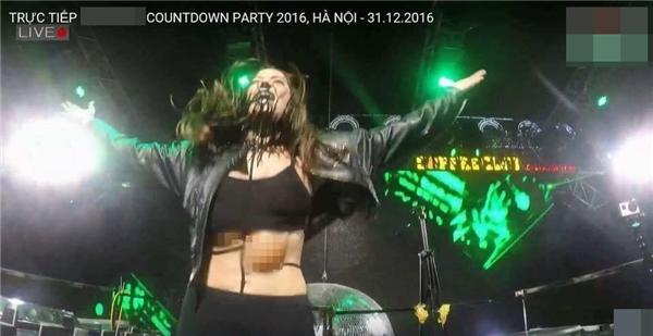 """Nữ DJ đêm nhạc countdown tại Hà Nội lộ nội y do nhảy quá """"sung"""""""