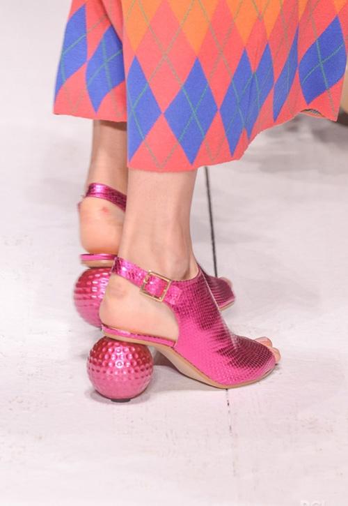 Phần đế hình cầu giúp thiết kế sandal truyền thống trông thú vị hơn. Với tông màu hồng ánh kim nổi bật chắc chắn sẽ giúp hình ảnh quý cô tiệc tùng trở nên hoàn hảo hơn.