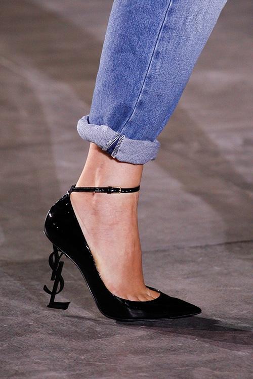 """Ngay từ khi trình làng trên sàn diễn, mẫu giày cao thanh mảnh của YSL đã khiến các quý cô """"đứng ngồi không yên"""" với phần đế được nâng đỡ bởi tạo hình từ 3 chữ cái."""