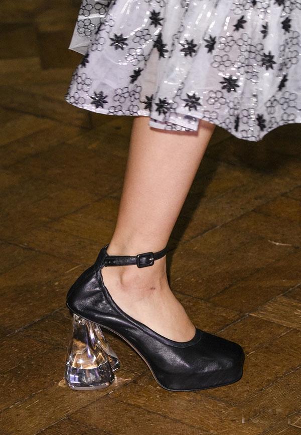Giày đế thô móng ngựa được biến tấu linh hoạt với cấu trúc phân tầng hay chất liệu pha lê, nhựa trong bắt sáng tốt.