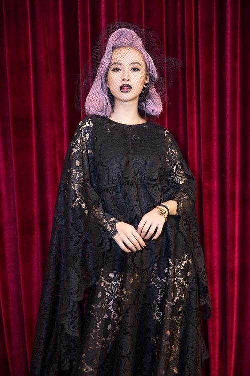 """Mái tóc tím của Angela Phương Trinh từng khiến quan khách, khán giả """"choáng váng"""" khi cô tham gia đêm tiệc thời trang của nhà thiết kế Đỗ Mạnh Cường."""