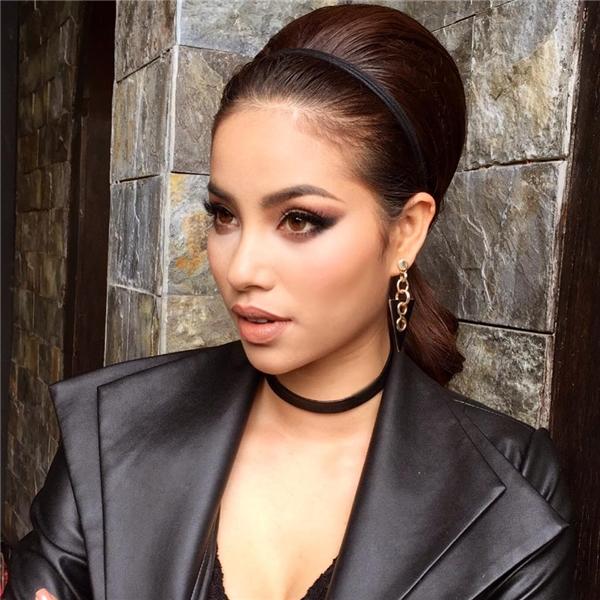 """Hoa hậu Hoàn vũ Việt Nam 2015 cũng có những màn """"lột xác"""" ngoạn mục với cách làm mới mái tóc trong năm qua. Tỉ lệ gương mặt cân đối luôn giúp người đẹp 25 tuổi tỏa sáng với các phong cách làm đẹp đa dạng."""