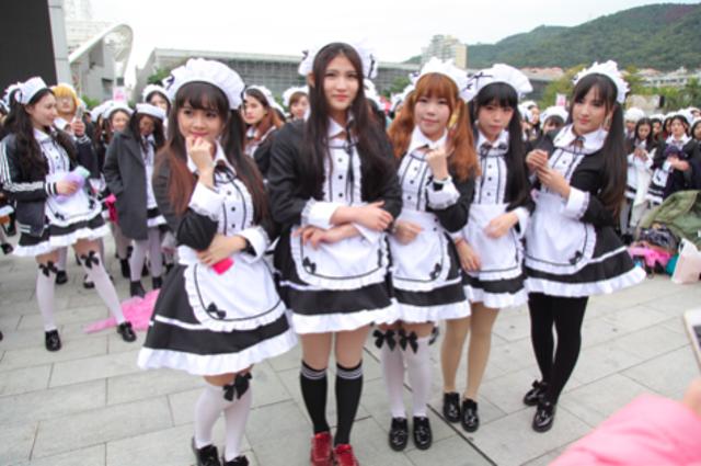 715 cô gái mặc trang phục người hầu tập trung tại Hạ Môn.