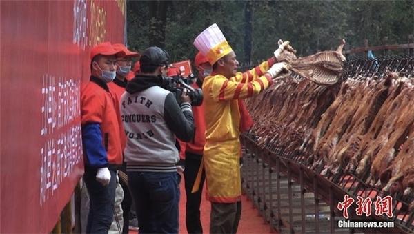 Đầu bếpJiang Linsheng cùng lúc quay 216 con cừu trên chiếc lò dài 10m.