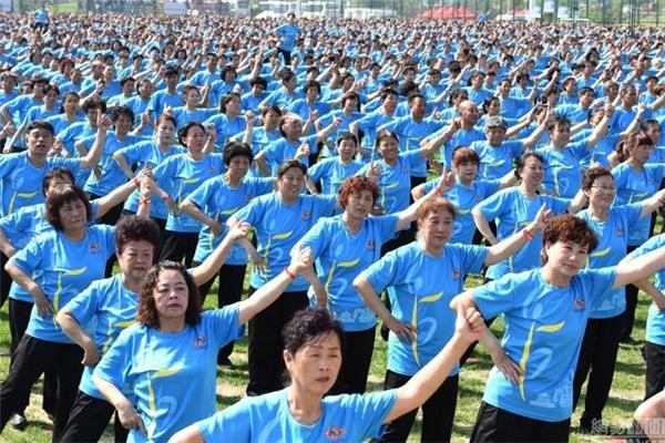 30.000 bà cô đến từ khắp nơi trong đất nướccùng nhau thực hiện bài nhảy.