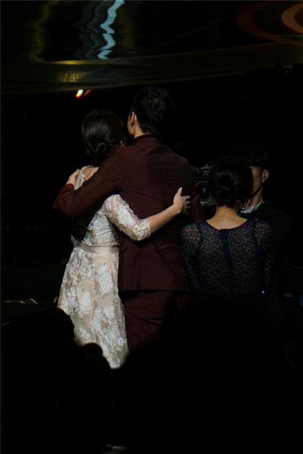 Ngay khi được xướng tên, Song Joong Ki và Song Hye Kyo vô cùng xúc động đã quay sang nắm tay và trao cho nhau cái ôm chia vui ấm áp.