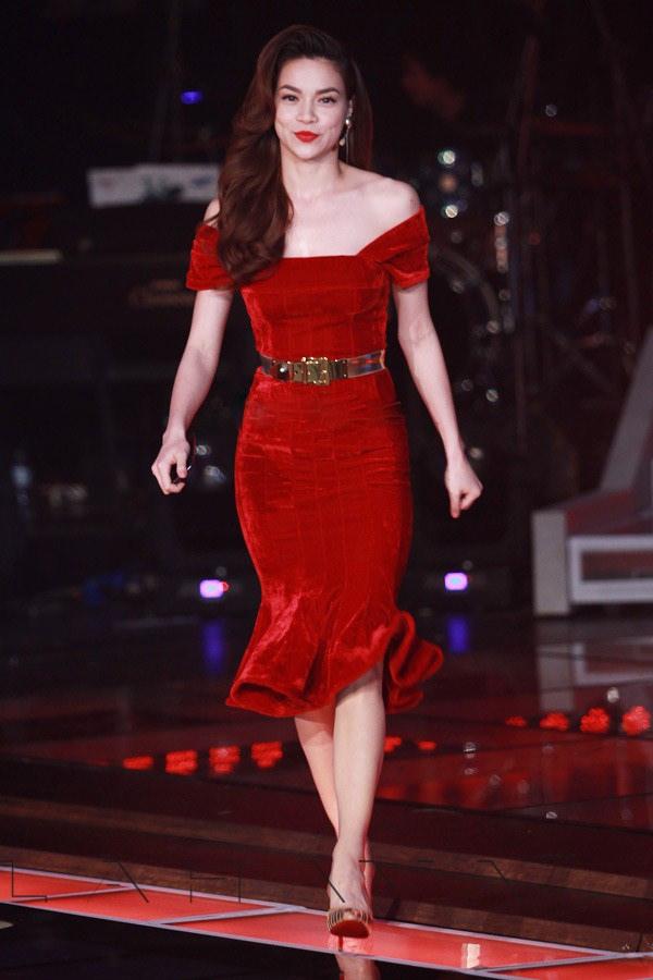 Hồ Ngọc Hà khoe dáng trong bộ váy ôm sát gợi cảm trên sân khấu lớn. Đây được xem là một trong những bộ cánh bằng vải nhung hoàn hảo của mỹ nhân Việt.