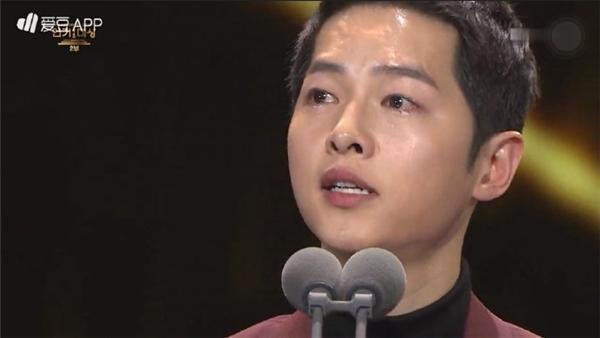 """Song Joong Ki và Park Bo Gum """"mít ướt"""" trên sân khấu nhận giải"""