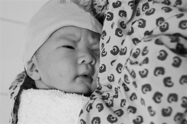 Cất tiếng khóc chào đời ngay sau đó là bé trai con của sản phụ ở quận 7. Cậu bé nặng 3,3kg, cao 55cm.