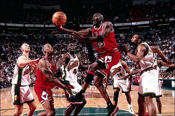 Khó tin siêu sao bóng rổ từng bán chiếc áo cũ giá gần 10 triệu đồng