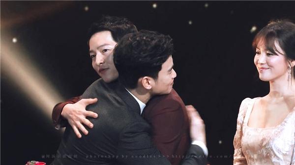"""Khi đó, trong phút chốc Song Hye Kyo đứng bên cạnh bỗng vô tình trở thành """"nữ phụ đam mĩ"""" tạo nên khung cảnh """"dở khóc dở cười""""."""