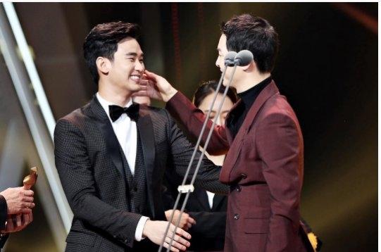 Sau khi ôm nhau và chúc mừng, Kim Soo Hyun còn được đàn anh tình cảm vuốt má.