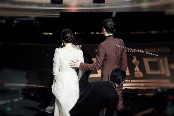 """Nổi tiếng quan tâm đến mọi người xung quanh, Song Joong Ki như một quý ông lịch lãm ân cần dìu Song Hye Kyo lên sân khấu. """"Ngọc nữ"""" 34 tuổi trông không khác một nàng công chúa khi ở bên cạnh bạn diễn điển trai."""