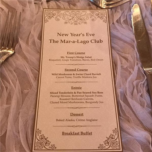 Đến 7g30, thực đơn bữa tiệc đã được tiết lộ và các thực khách sẽ được ăn uống như những ông hoàng, bà chúa với một bữa ăn gồm 3 món, sau đó là tráng miệng, và cuối cùng là buffet điểm tâm để chào đón năm mới.