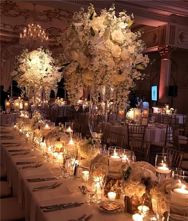 Jose Graterol Designs và Frost Florida phụ trách trang trí và thiết kế ánh sáng cho bữa tiệc đón năm mới này của Donald Trump và họ đã làm vô cùng xuất sắc công việc của mình. Một tấm ảnh cho thấy trung tâm sảnh tiệc được trang trí bằng những chiếc lá cây mộc lan đặt giữa những ngọn nến, bên trên là những chiếc đèn chùm sang trọng.