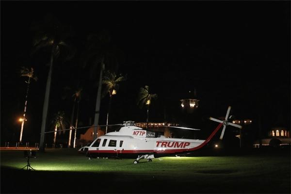 Vào khoảng 10g25, giao thông trên đường Southern Boulevard tại Mar-a-Lago bắt đầu có dấu hiệu ùn tắc nhưng tân Tổng thống đã có sẵn một chiếc trực thăng làm nhiệm vụ chuyên chở những vị khách chẳng may đến trễ giờ.