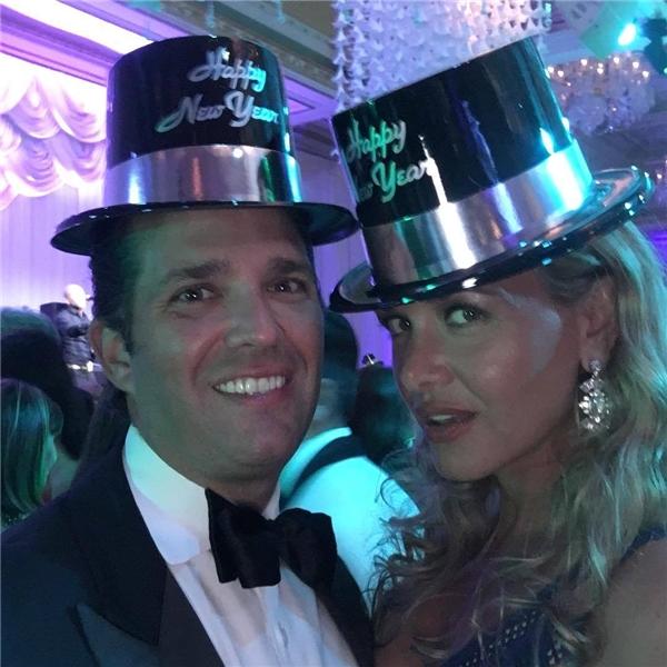 """Đến 11g50, có thể thấy ai nấy đều nóng lòng chờ đón thời khắc năm mới điểm và quả cầu ở Quảng trường Thời đại rơi xuống qua vẻ mặt háo hức của Donald Trump Jr. đang đội chiếc nón """"Chúc mừng năm mới"""" cùng vợ mình là Vanessa."""