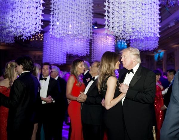 Donald Trump cùng vợ khiêu vũ theo điệu nhạc Natural Woman trước thời khắc đồng hồ điểm 12 giờ.